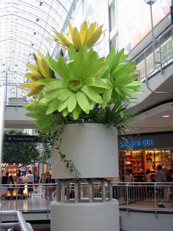 多伦多/mall里面的装饰小品,几根螺纹钢筋,加上一个混凝土花池。