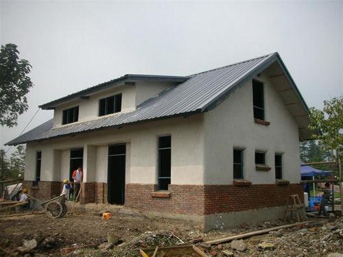 2008年7月,台湾建筑师谢英俊进入四川灾区,设计修建的轻钢结构的永久