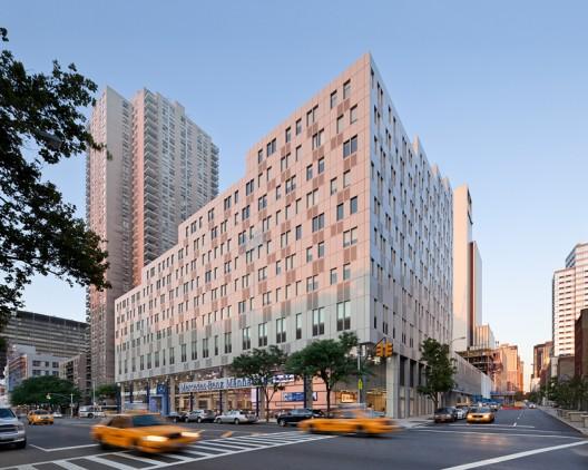 项目的整体安排是先上后下,形成两段不同的斜坡状层次,这种高度的变化成功地将两种不同的城市规模协调起来,一边是平整的水平的公园一侧,一边是垂直无窗电话大楼。设计保证了绝大多数公寓的空气和阳光吸收,双重走廊系统斜线跨越场地,形成与曼哈顿网格布局奇特的交织,减少了建筑对周边环境的影响。建筑楼层次第减少,使每层都有绝佳的视野,并享受私人的楼顶露台。