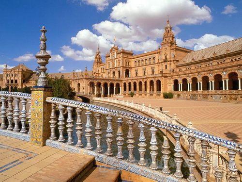 每边长180米,外观具有卢浮宫的建筑美,内部装潢是意大利式的,整个宫殿图片