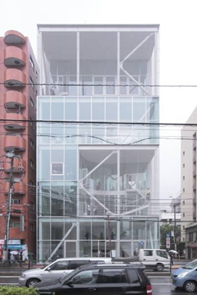 日本 设计 东京/张拉钢结构支撑了巨大的玻璃幕墙,建筑师在建筑的正面和背面...