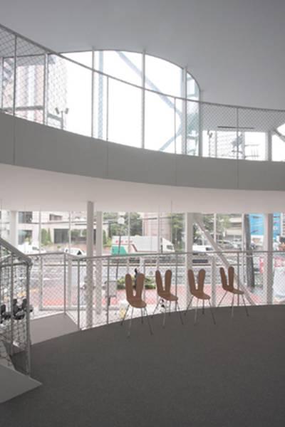 张拉/张拉钢结构支撑了巨大的玻璃幕墙,建筑师在建筑的正面和背面...
