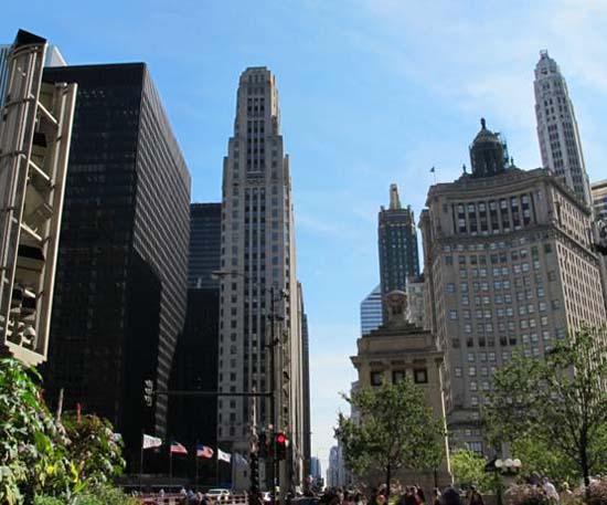芝加哥的建筑艺术一直久负盛名。来美国之前,很多从事建筑方面的领导和同事建议我一定要好好欣赏一下芝加哥的城市建筑,充分学习这里先进的规划和景观设计理念。 秋日一个晴朗的午后,来到芝加哥才20几天,我第一次上街就来到了传说中的豪华一英里(Magnificent Mile)。 所谓的豪华一英里(Magnificent Mile)是指北密歇根大街的一段,从卢普(Loop)芝加哥河上的密歇根大街桥(Michigan Avenue Bridge),一直到橡树街(Oak Street)为止。这里有着一些世界知名的
