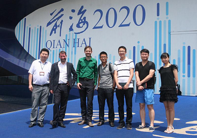我院联合深圳市城市规划学会,于2013年7月18日,邀请来自德国LAVA建筑实验室的两位合伙人,Tobias Wallisser与Alexander Rieck,举办题为明日城市的讲座与学术交流,学术讲座由深圳市规划设计研究院副总规划师杜雁主持,吸引了众多设计师与建筑师参与。两位合伙人介绍了他们的著名作品斯图加特梅塞德斯奔驰博物馆的构思,以及阿布扎比摩天楼的雪花参数设计概念,21世纪办公室空间的多功能组合研究,同时与来自深圳市多家规划与建筑设计公司的年轻设计师进行了现场交流,随后在深圳规划院的陪