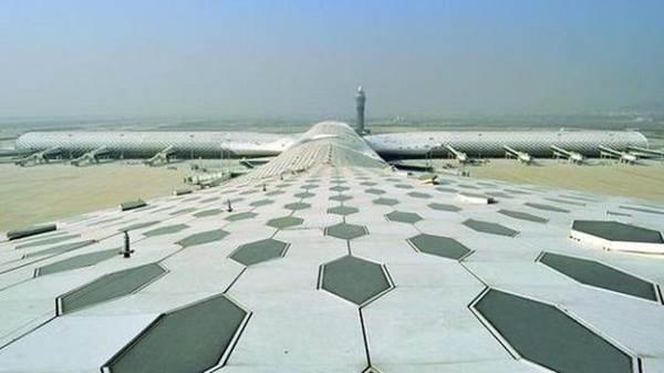 深圳宝安机场T3航站楼外形为飞鱼状。   2013年11月,由意大利建筑师Massimiliano和Doriana Fuksas设计的宝安国际机场航站楼T3正式启用。其外形为飞鱼状,里外两层都覆盖着醒目的蜂窝状图案,自然的光线就透过上千个六边形的天窗照进航站楼。航站楼的设计理念会让人想起蝠鲼,一种海里的鱼,它边呼吸边变换体型,在一系列的变换动作后,像鸟一样跃出水面,开始一场奇妙的空中之旅。设计师曾如此诗意地形容。   中国重庆江北国际机场(Chongqing Jiangbei internation