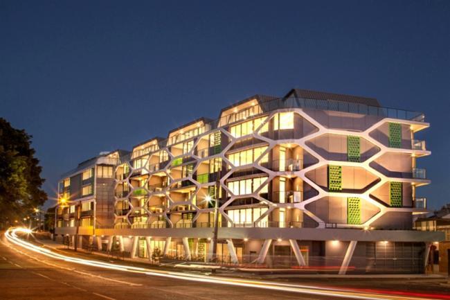 六边形元素的公寓建筑设计立面制造了一道外环境的屏帐来控制进光