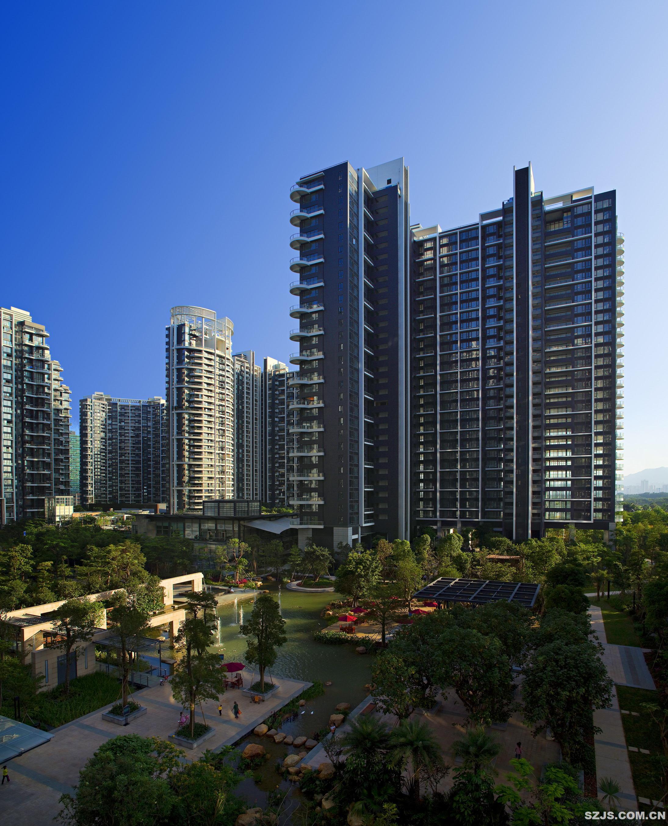 项目背景 短短30年内深圳从一个边陲的渔村发展成为一个拥有180万人口的国际大都市。在这个快速发展的城市里,室外公共与邻里空间被街道代替,人离自然越来越远。该项目旨在现代深圳的高密度公寓居住区找回人与自然的联系,让人们在放松的户外环境里享受邻里般亲密的社区生活,并让这个园林景观彰显岭南自然之美。 主题一,现代的功能,传统的意境 中信红树湾北区从总图上看是一个现代景观。由于居住区对景观交通流线,消防线路的要求很具体,再加上主体建筑空间尺度比较大,总图布局采用了社区公园的设计理念对空间进行了有序的组织。在规划